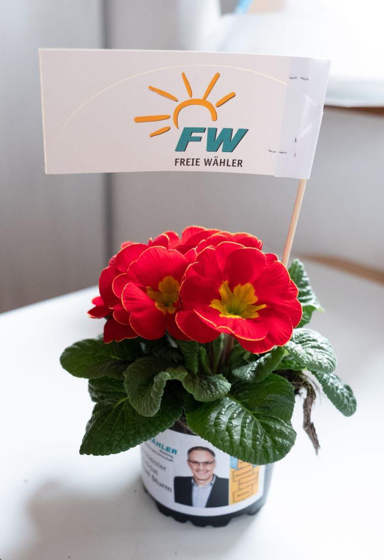 Bürgermeisterkandidat Michael Sturm Freie Wähler Weßling verteilte Primerl am 14.02.20